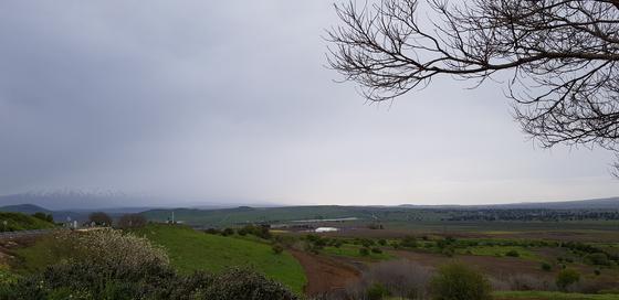 골란고원 중앙에서 북쪽을 바라본 모습. 멀리 레바논 국경인 헤르몬 산의 눈 덮인 봉우리들리이 보인다. 성서에서 말하는 요단강(요르단강)의 발원지 중 하나로 현재는 이스라엘 스키 리조트가 자리 잡고 있다.
