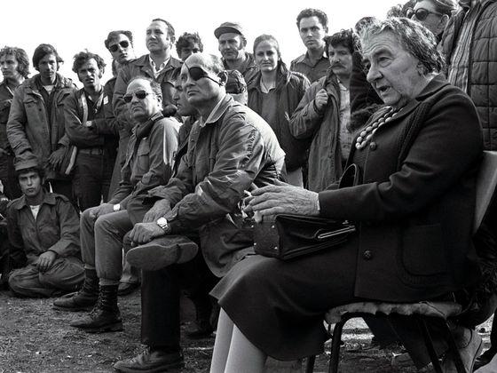 1973년 욤 키푸르 전쟁(제4차 중동전징) 당시 기습을 받은 이스라엘군이 아랍권에 일시적으로 밀리자 골란고원 전선에 직접 나와 모세 다얀 국방부 장관(앞줄 오른쪽에서 둘째) 등 군 수뇌부을 독려하는 골다 메이어 총리(오른쪽). 골란고원은 이스라엘의 존망이 걸린 최전선 중 하나였다. [중앙포토]