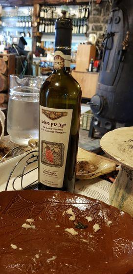 골란고원 중부 키드맛츠비 정착촌의 벨로프리아인나슈트 농장에서 생산한 포도주. 고대 유대 전통에 맞춰 와인이 토양 특성을 잘 반영하도록 항산화제 겸 살균제인 이산화황을 쓰지 않고, 오크통을 사용하지 않으며, 단일 품종의 포도로만 포도주를 빚는 것이 골란 와인의 장점이라고 한다.