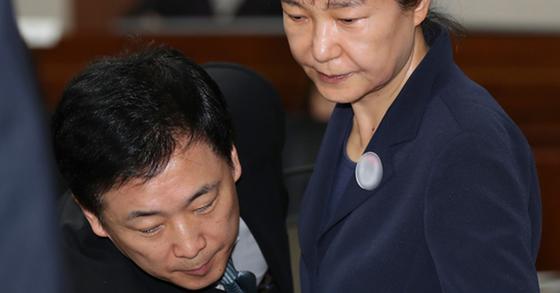 박근혜 전 대통령과 유영하 변호사(왼쪽)의 모습. [중앙포토]