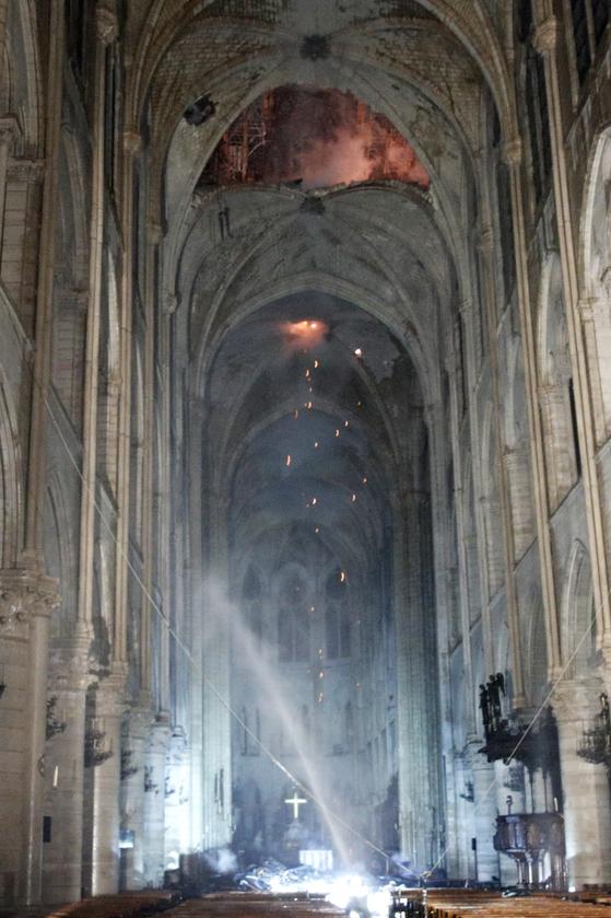 16일(현지시간) 프랑스 파리 노트르담 성당 내부가 화재로 검게 그을려 있다. 성당 전체가 큰 피해를 보았지만 다행히 서쪽 정면에 있는 두 개의 석조 종탑까지 불이 번지지는 않았다. [EPA=연합뉴스]
