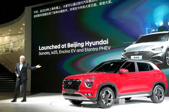 상하이모터쇼 2019에서 알버트 비어만 현대자동차 사장이 신형 ix25를 공개하고 있다. [사진 현대자동차]