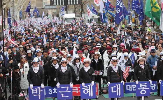 박근혜 전 대통령 탄핵 2주년인 지난 3월 10일 대한애국당 소속 회원들이 서울 헌법재판소 앞 안국역 사거리에서 박 전 대통령의 석방을 요구하며 시위를 벌이고 있다. 김상선 기자