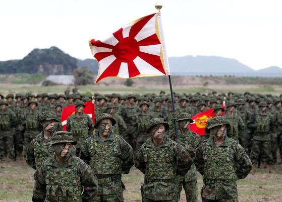 일본 육상자위대 산하 수륙기동단이 2018년 4월 큐슈의 남서쪽에 있는 아이노우라 캠프에 집결해 있다. 지난해 창설된 이 부대는 일본판 해병대로 불린다. [로이터=연합뉴스]
