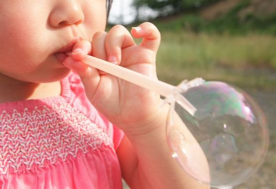 아이가 세제를 마시고 구토 증세를 보일 때, 어떻게 대처해야 할까. 우리나라와 달리, 외국에서는 이런 중독 관련 비상 상황이 발생할 때 대처 방법을 안내하는 센터가 있다. [사진 photoAC]