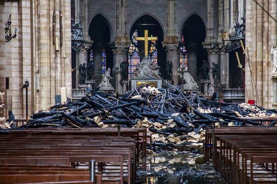 16일(현지시간) 화재가 진압된 뒤 공개된 프랑스 파리 노트르담 대성당의 내부 모습. 전날 발생한 화재로 지붕 구조물이 불타 무너져내린 모습이 마치 폭격을 당한 듯 처참한 풍경이다. [AP=연합뉴스]