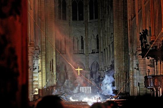 잿더미가 된 노트르담 성당의 내부. [로이터=연합뉴스]