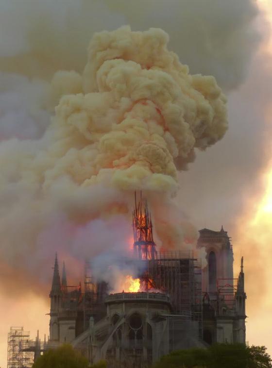 불길에 휩싸인 노트르담 대성당 [AP=연합뉴스]