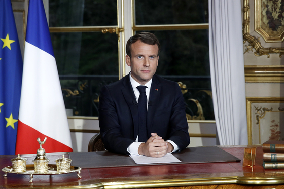 에마뉘엘 마크롱 프랑스 대통령이 16일(현지시간) 파리 엘리제궁의 집무실에서 노트르담 대성당 화재와 관련한 대국민 연설을 하고 있다. [AP=연합뉴스]