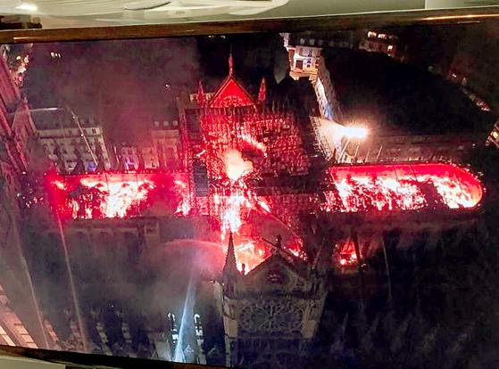 15일(현지시간) 프랑스 파리 노트르담 대성당이 화마에 휩싸여 있다. [사진 트위터 캡처]