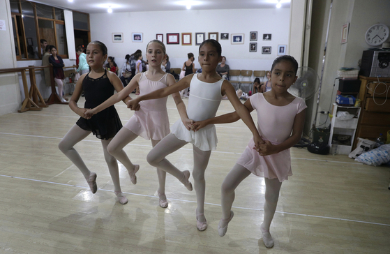 10일(현지시간)페루 리마 부유층 주택가 미라플로레스 사립학교에서 까르데나스(왼쪽 셋째)가 또래 친구들과 함께 발레를 배우고 있다. [.AP=연합뉴스]
