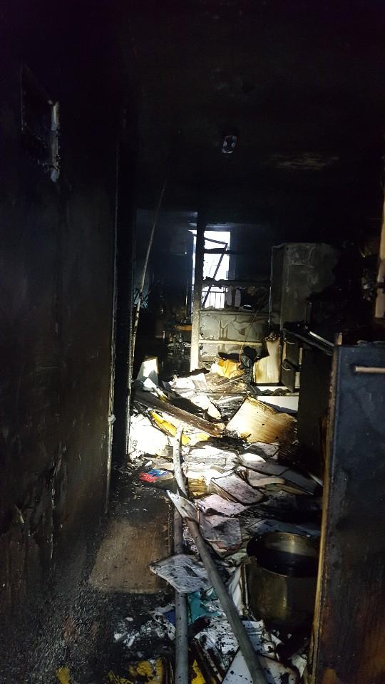 경남 진주에서 40대 남성이 자신의 집에 불을 지른 뒤 대피하는 주민을 상대로 흉기를 휘둘러 18명이 사상해다. 사진은 불탄 범인의 집. [사진 경남소방재난본부]