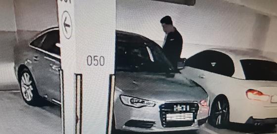 서울 방배경찰서는 17일 고급 아파트 단지 주차장에서 문이 잠겨있지 않은 차량을 열고 들어가는 수법으로 총 7회에 걸쳐 230만원 상당의 금품을 훔친 피의자 A씨를 검거했다고 밝혔다. [제공 서울 방배경찰서]