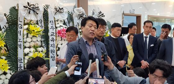 17일 오후 진주 한일병원 장례식장 합동분향소에서 피해자 유족이 입장문을 발표하고 있다. 신진호 기자