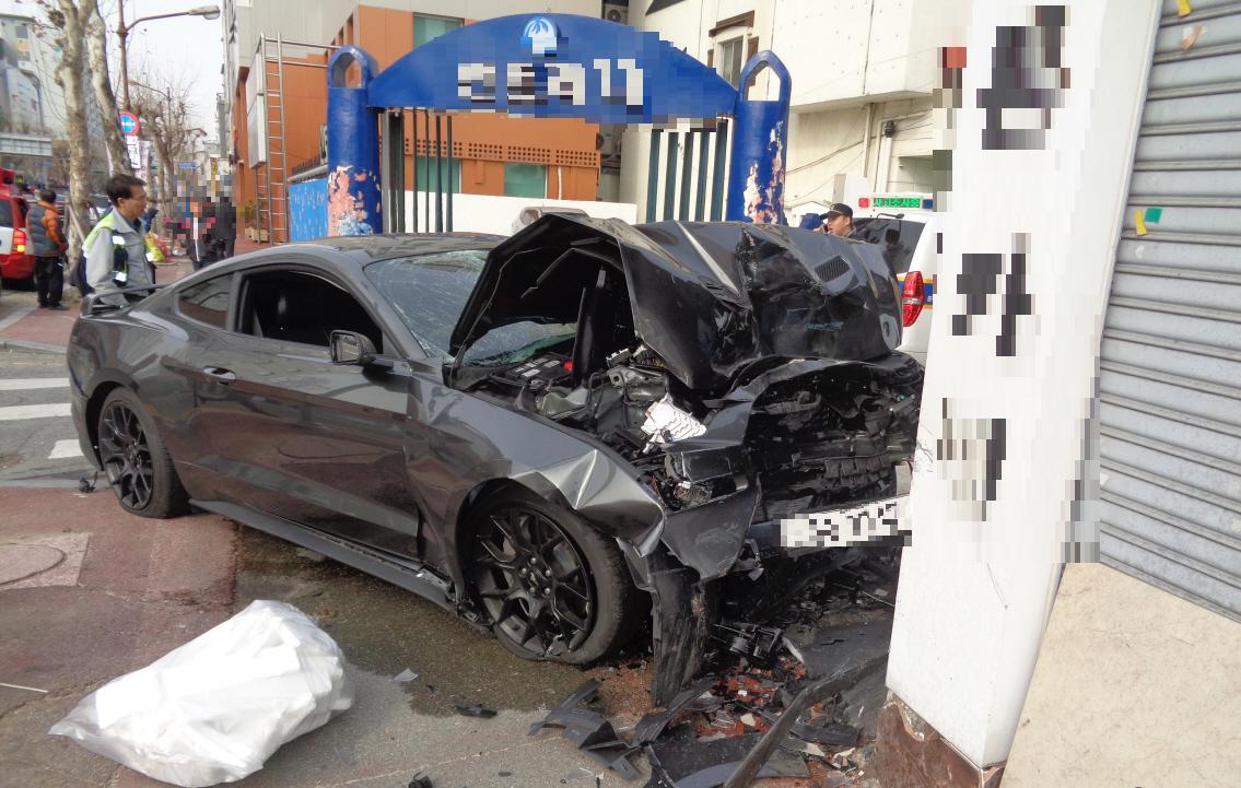 지난 2월 10일 대전 중구 대흥동에서 10대 운전자가 몰던 머스탱 차량이 중앙선을 침범해 지나가던 행인을 들이받는 사고가 발생했다. [사진 대전지방경찰청]