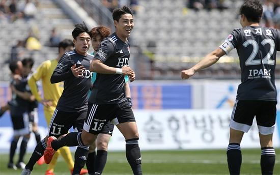 부산 아이파크 이정협은 지난 13일 열린 하나원큐 K리그2 2019 아산 무궁화와 경기에서 멀티골을 터뜨리며 팀의 5-2 승리를 이끌었다. 사진=부산 아이파크 제공