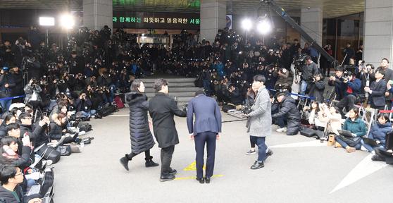 지난달 14일 오후 서울지방경찰청 광역수사대에 수사를 받기 위해 출석한 가수 승리. 최정동 기자