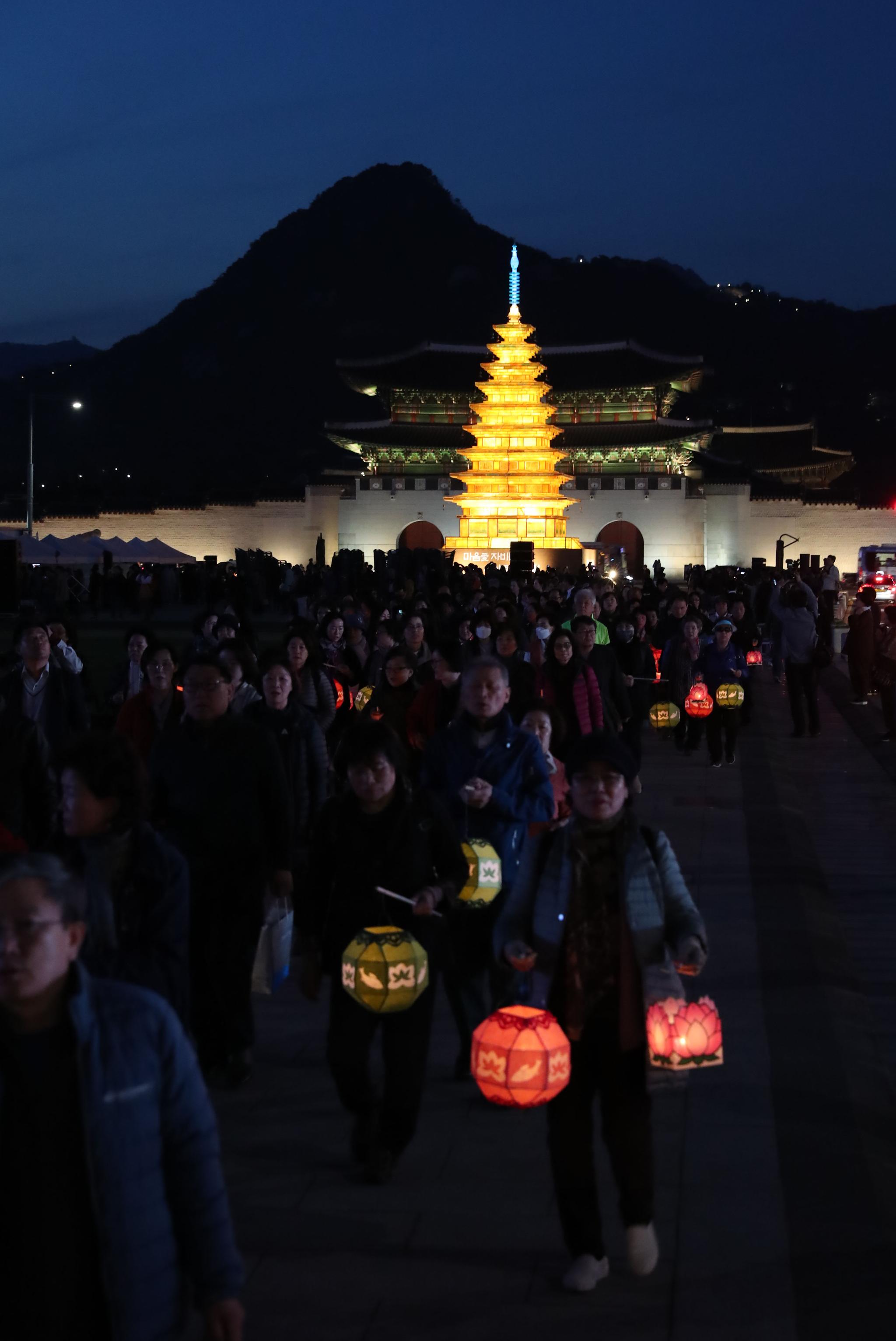 이날 점등식에는 불교 관계자를 포함하여 시민 2000여명이 참석했다. 우상조 기자