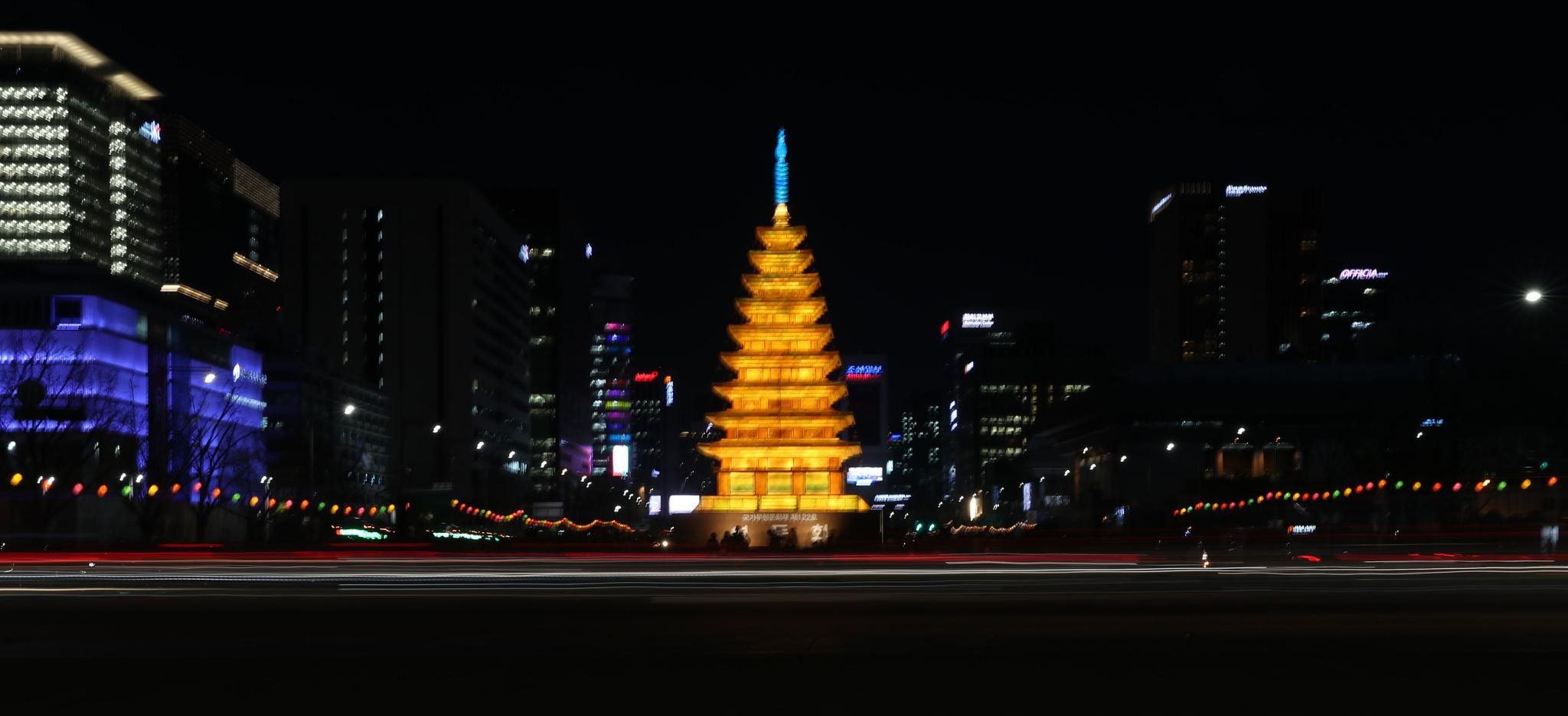 17일 오후 서울 광화문광장의 '미륵사지 탑등'이 점등식을 갖고 환하게 불을 밝히고 있다. 광화문광장 미륵사지 탑등은 부처님 오신날인 5월 12일까지 불을 밝힌다. 우상조 기자