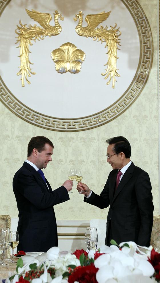 이명박 전 대통령과 메드베데프 당시 러시아대통령이 청와대에서 열린 국빈만찬에서 건배를 하고 있다. [ 사진공동취재단 ]