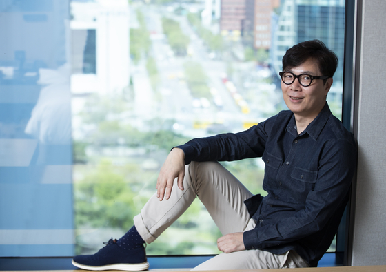 """최근 여행 에세이를 펴낸 김영하 작가는 '여행과 소설은 정제된 서사라는 점에서 닮은 부분이 많다""""고 말했다. 신작은 여행 중에 느낀 감상과 사유를 9편의 이야기로 엮었다. [권혁재 사진전문기자]"""