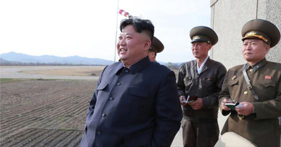 북한 김정은 국무위원회 위원장이 16일 공군 제1017군부대 전투비행사들의 비행훈련을 현지 지도했다고 조선중앙통신이 보도했다. 통신에 따르면 김 위원장은 다음날인 17일에는 신형 전술유도무기 시험을 참관했다. [연합뉴스]