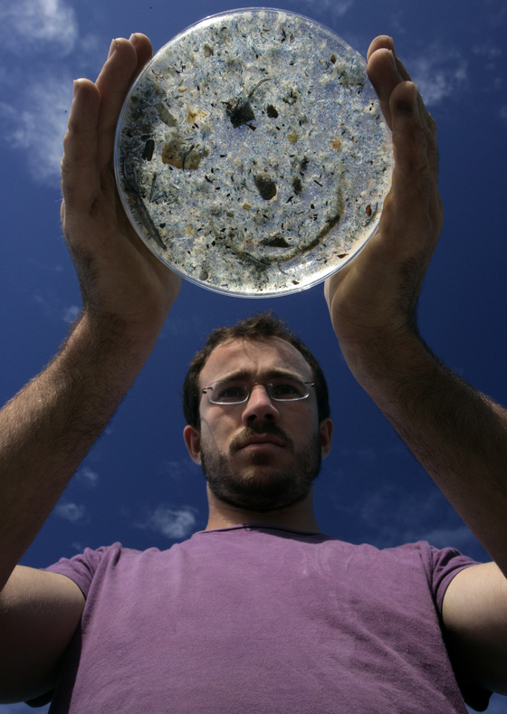 북태평양 한 가운데 있는 '북태평양 쓰레기 섬' 인근에서 그린피스가 채집한 미세플라스틱과 동물성 플랑크톤을 그린피스 활동가가 들어보이고 있다. [중앙포토]