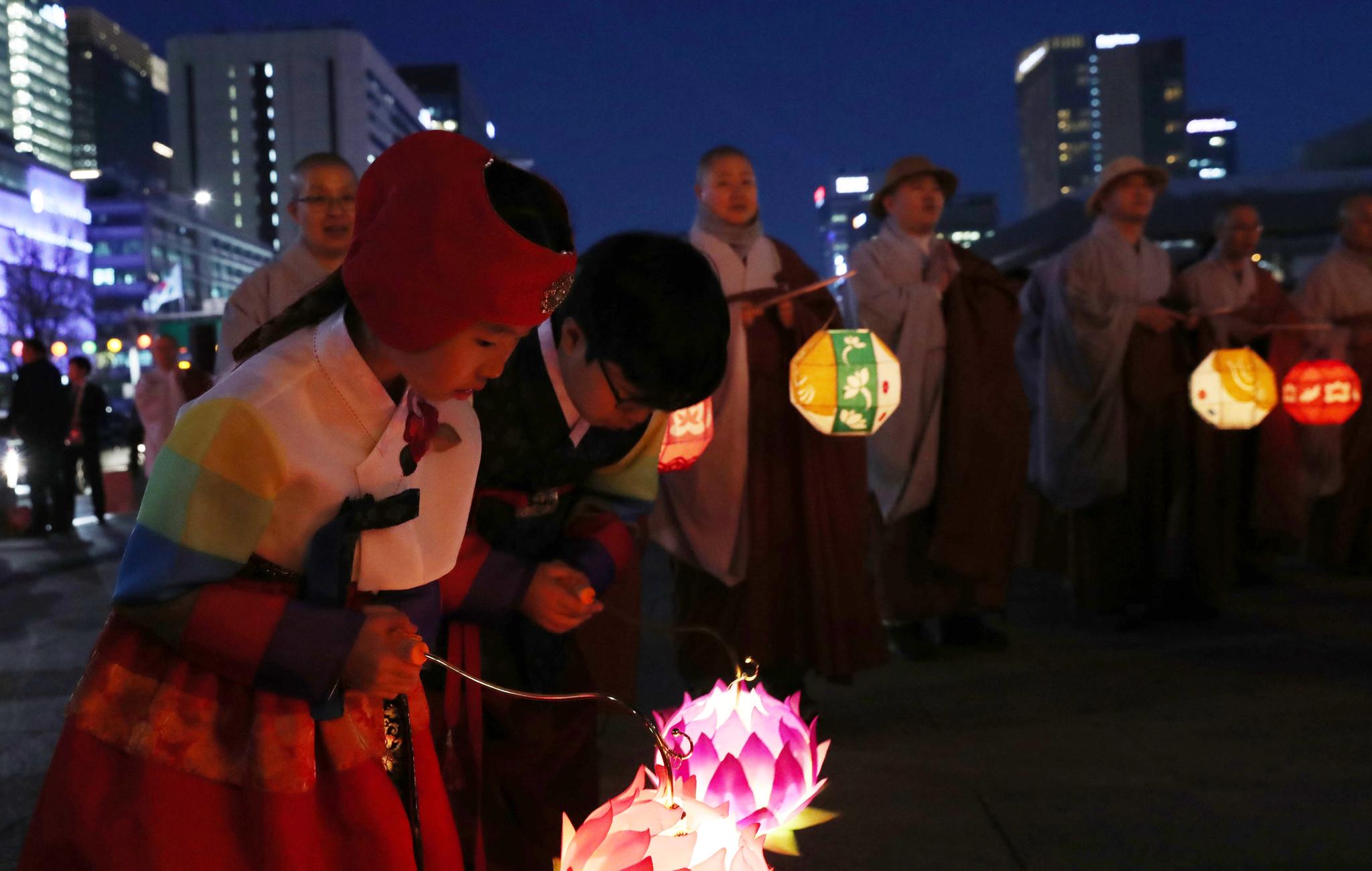 한국을 곱게 차려입은 어린이 불자들이 탑등을 향해 고개숙여 합장을 하고 있다. 우상조 기자