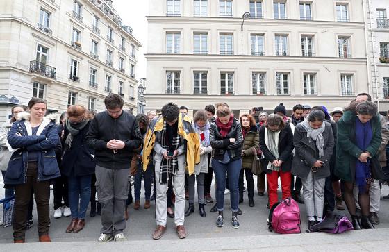 같은 날 시민들이 노트르담 대성당 인근에 모여 기도하고 있다. [로이터=연합뉴스]