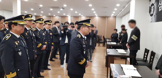 18일 오전 진주 한일병원 장례식장에 마련된 합동분향소를 찾은 민갑룡 경찰청장이 조문을 마친 뒤 유족을 위로 하고 있다. 신진호 기자