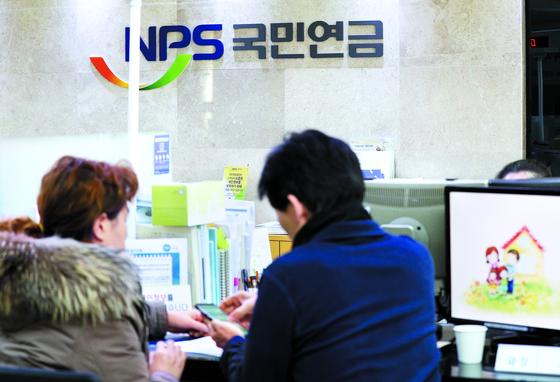 2016년 말 전업주부가 연금 보험료를 추후에 낼 수 있게 되자 신청자가 급증한다. 여성이 훨씬 많다. 지난해 말 연금공단 서울 종로중구지사에서 한 가입자가 상담받고 있다. [뉴스1]