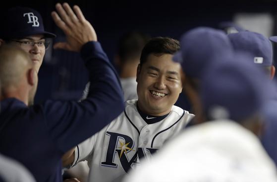 탬파베이 최지만이 18일 볼티모어전에서 시즌 첫 홈런을 날린 뒤 더그아웃으로 돌아와 동료들에게 축하를 받고 있다. [AP=연합뉴스]