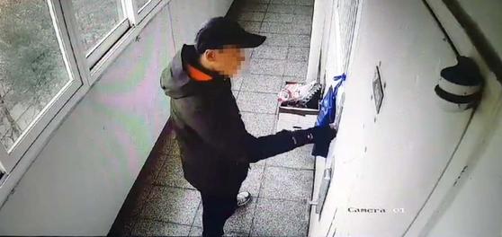 진주 살인사건 용의자 안모씨가 위층 거주자를 따라가 벨을 누르는 모습이 찍힌 CCTV 영상. [사진 피해자가족]