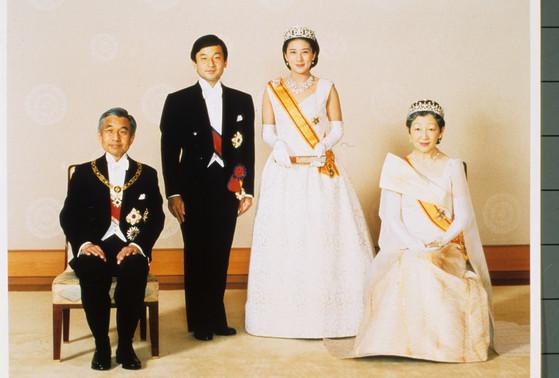 왕실,일왕 아키히토 부처와 결혼식.기념사진 촬영하는 나루히토 왕세자 부부