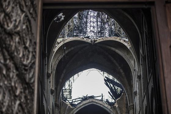화재로 소실된 노트르담 대성당 지붕의 일부. [AP=연합뉴스]