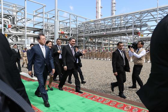 투르크메니스탄을 국빈방문중인 문재인 대통령이 18일(현지시간) 베르디무하메도프 투르크메니스탄 대통령과 투르크멘바시 키안리 가스화학플랜트 현장을 방문해 시찰하고 있다. 청와대사진기자단