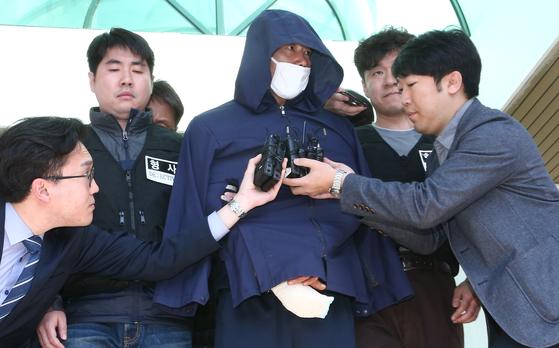 18일 오전 진주 아파트 묻지마 살인사건 피의자 안씨가 구속영장 실질심사를 받기 위해 진주경찰서를 나서고 있다. 송봉근 기자