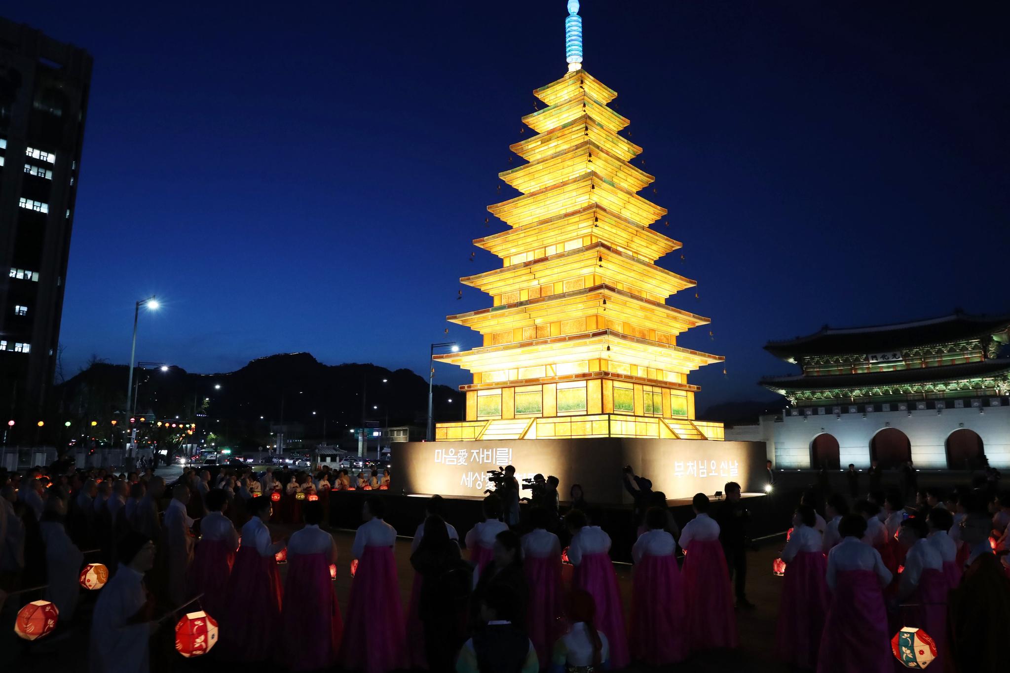 점등식에 참석한 불교 관계자들과 시민들이 미륵사지탑등을 향해 합장을 하고 있다. 우상조 기자