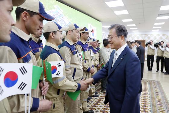 투르크메니스탄을 국빈방문중인 문재인 대통령이 18일(현지시간) 베르디무하메도프 투르크메니스탄 대통령과 투르크멘바시 키안리 가스화학플랜트 현장을 방문해 근로자들을 격려하고 있다. 청와대사진기자단