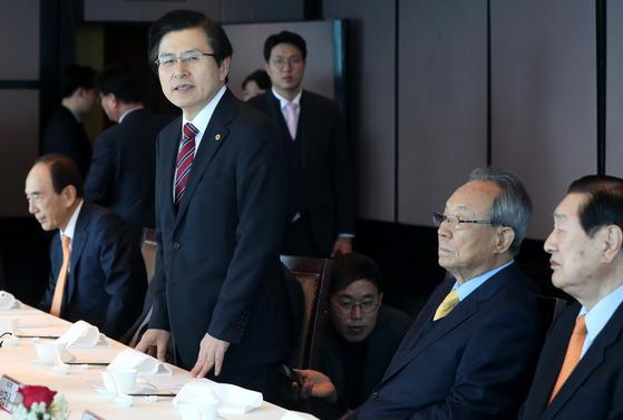황교안 자유한국당 대표가 지난달 7일 오전 서울 여의도 63빌딩의 한 식당에서 열린 당 상임고문단과의 오찬에서 모두발언을 하고 있다. 임현동 기자
