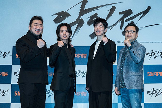 영화 '악인전' 의 마동석 등 배우들과 이원태 감독(맨 오른쪽)의 제작보고회 때 모습. [사진 에이스메이커]