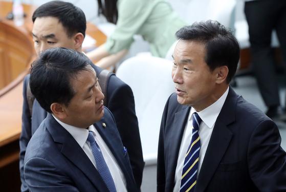 손학규 바른미래당 대표(오른쪽)와 김관영 원내대표가 18일 오후 서울 여의도 국회에서 열린 의원총회를 마친 뒤 대화하고 있다. 김경록 기자