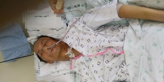 지난 1월 상근예비역 정모(22)씨가 몰던 뺑소니차에 치여 의식을 잃은 김모(56)씨가 중환자실에 누워 있다. [사진 김씨 가족]