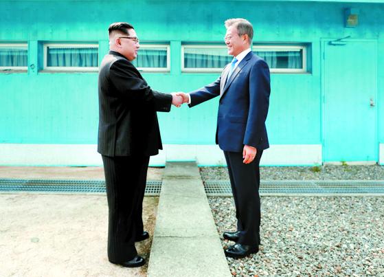 문재인 대통령과 북한 김정은 국무위원장이 지난해 4월 27일 판문점에서 군사분계선을 사이에 두고 악수하는 모습. [연합뉴스]