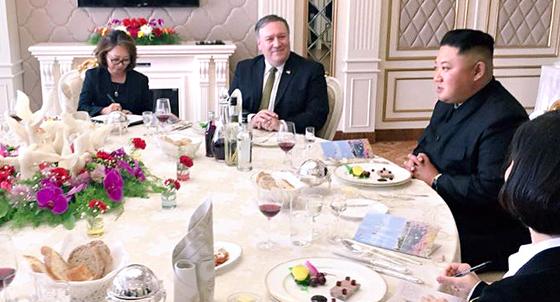 지난해 10월 7일 평양을 방문한 폼페이오 미국 국무장관이 김정은 북한 국무위원장과 오찬을 하고 있다. [뉴스1=카일리 앳우드 트위터]