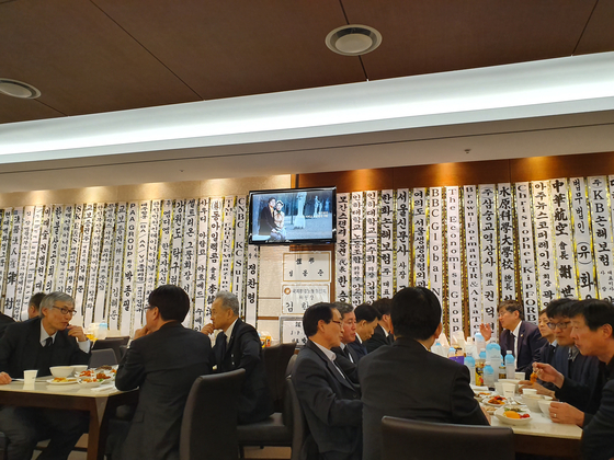 지난 13일 조양호 상가 풍경. 문상객들이 담소를 나누고 있다. 벽면 가운데 조 회장의 생애를 정리한 영상이 계속 리플리이되고 있었다.                          조강수 기자