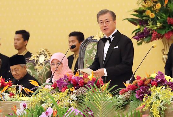 문재인 대통령이 지난달 13일 저녁 국립왕궁에서 열린 국빈만찬에서 압둘라 국왕의 만찬사에 답사하고 있다. 당시 문 대통령이 했던 현지어 인삿말은 말레이시아에서 잘 쓰지 않는 표현이라는 논란이 일으키기도 했다. 연합뉴스