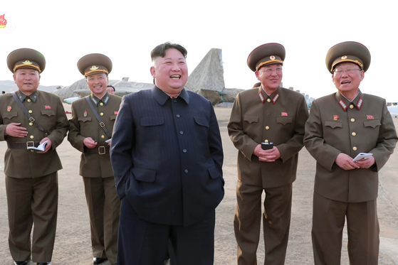 공군부대 '불시에'시찰한 김정은…또 성냥으로 담뱃불