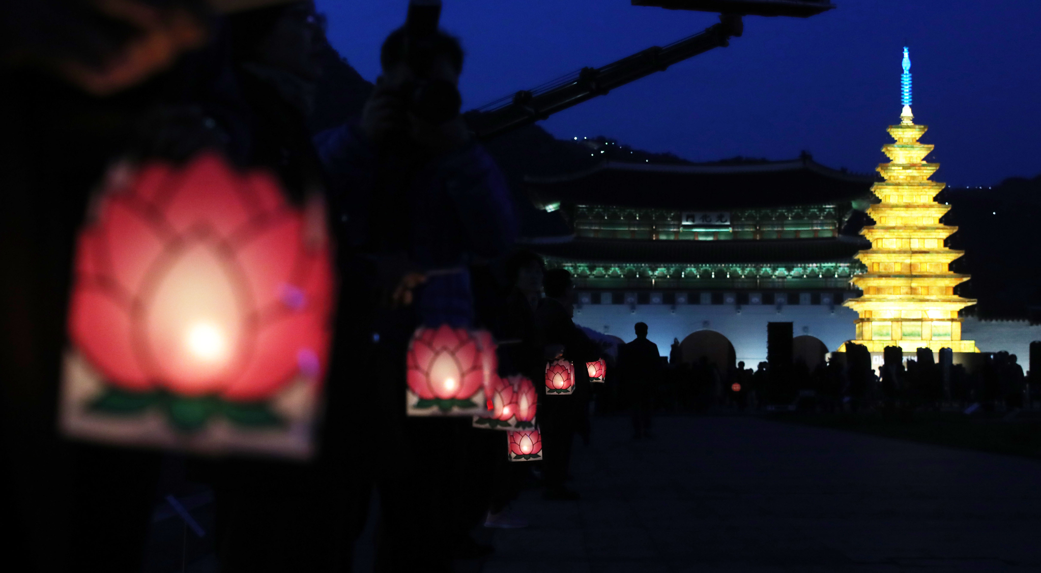 점등식에 참석한 시민들이 연꽃모양의 연등을 들고 광화문 광장을 돌고 있다. [뉴시스]