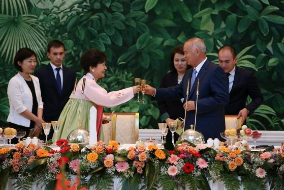 우즈베키스탄을 국빈방문했던 박근혜 전 대통령이 17일 오후 대통령궁 영빈관 국빈만찬장에서 카리모프 우즈베키스탄대통령과 건배를 하고 있다. [청와대사진기자단]